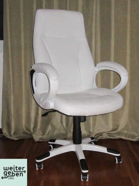 zwei bequeme Bürostühle, weiß, mit Armlehnen 120 cm hoch, 65 cm breit, 56 cm tief guter Zustand, ca. 2 Jahre alt, wenig benutzt, kleine Abschürfung an der Armlehne