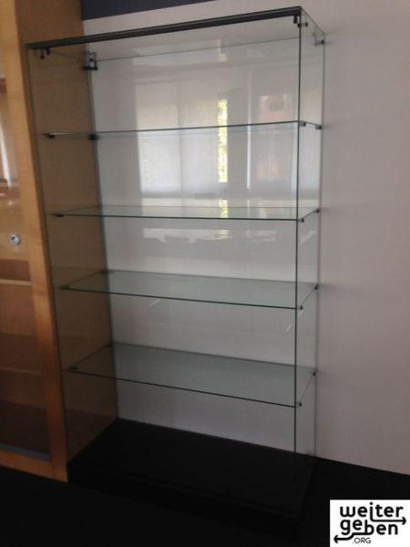 Hier wird eine hochwertige Glasvitrine mit den Maßen 177x100x44 verschenkt