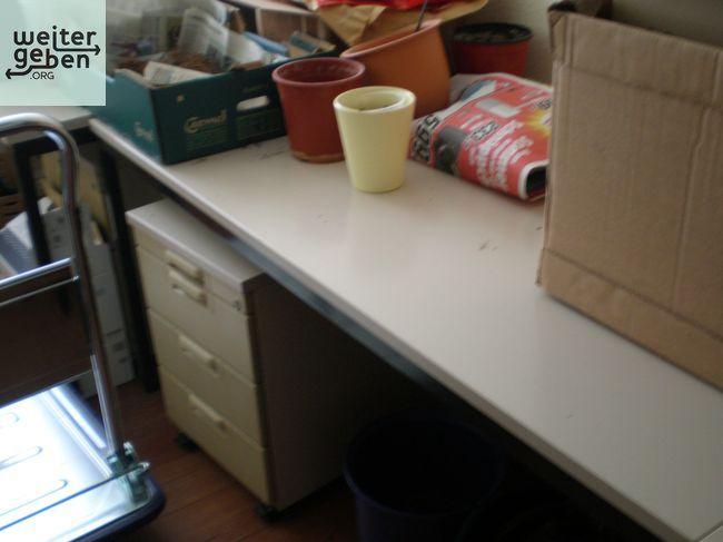 gespendet wird in Magdeburg: Büromöbel II (lichtgrau, Hersteller Voko) 3 Regale 80 cm breit 2,12m hoch, 42 cm tief Tisch 160x80 Tisch 80x80 Tisch 120x100 mit Aufsatz zuzüglich 2 Dreiecke zum Verbinden als Kombination 2 Rollcontainer 2 Sideboarde 120x45 1 Tisch 120x80 Zu allen Schlössern sind die Schlüssel vorhanden