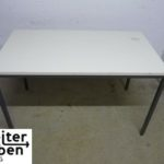 gespendet wird in Berlin dieser weiße einfache Tisch