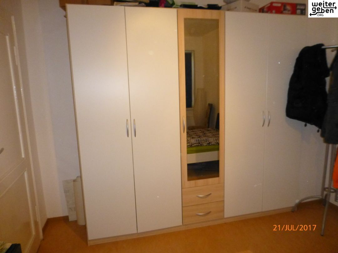 ein weißer Kleiderschrank mit drei Breichen wir in Berlin gespendet