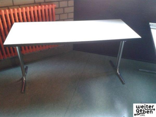gespendet werden in Mannheim ca. 20 sehr stabile gebrauchte Tische. Ursprünglich als Schultische eingesetzt. A103 Mannheim