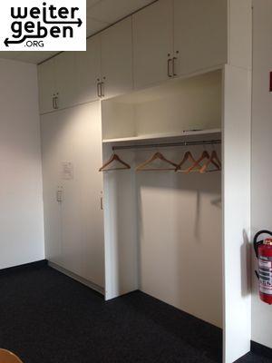 Schrank mit Garderobe wird verschenkt, Maße 350 (B) x 45 (T) x 283 (H)