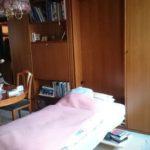 Schrankwand mit ausklappbaren Betten zwei Liegeflächen Beleuchtung mit Kleiderschrank