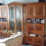 Schrankwand mit Glasvitrine die beleuchtet und mit viel Stauraum ausgestattet ist: Breite ca. 320 cm Höhe ca. 215 cm Tiefe ca. 49 cm