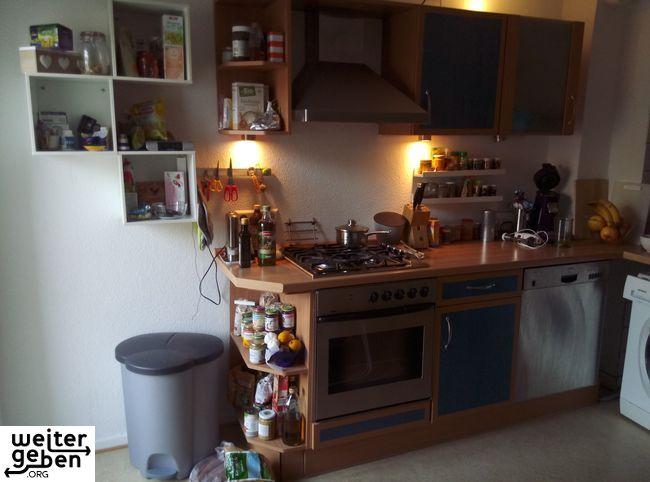 kleine Küche mit Schränken und Elektrogeräten – A143 – WeiterGeben.org