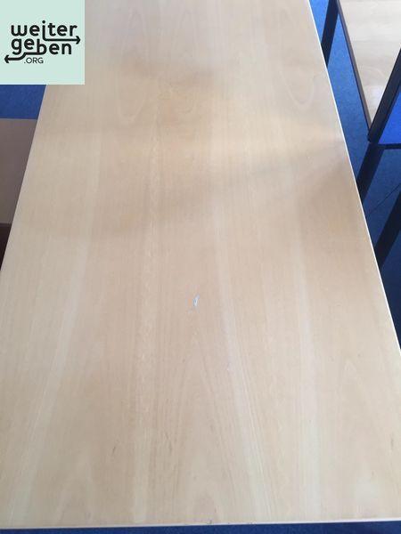 dieser stabile Tisch wird kostenfrei in Düsseldorf abgegeben