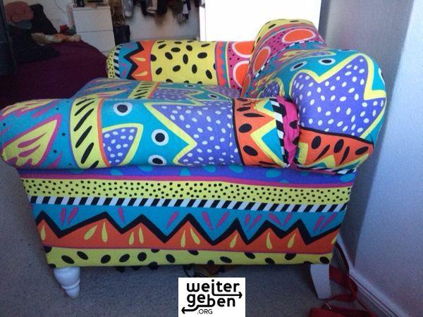 ein farbenfroher Sessel wird in Berlin kostenfrei abgegeben