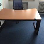 moderner Schreibtisch mit Kabelkanal wird gespendet in NRW