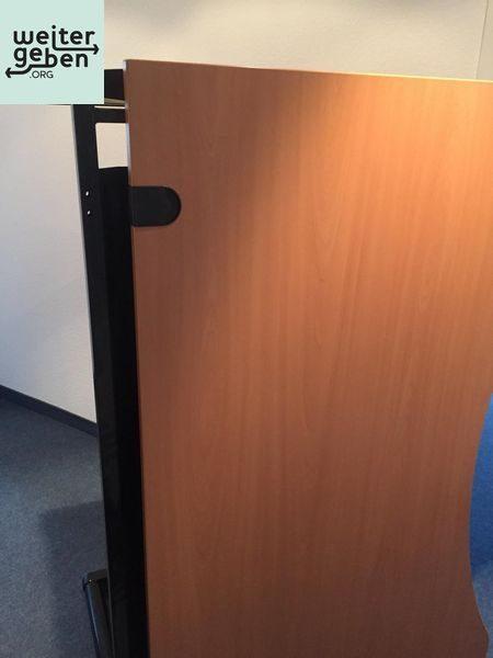 dieser Bürotisch wird kostenfrei in Düsseldorf abgegeben