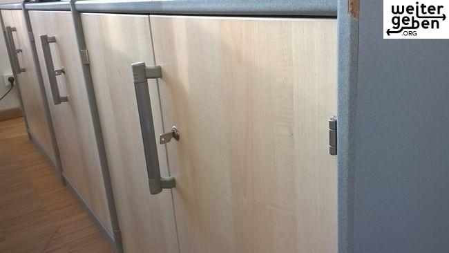 Hamburg Farbe: hell Gebrauchsspuren: leichte Zustand: funktionsfähig 80cm breit, 78cm hoch, 42cm tief. Ein Schrank hat leider stärkere Gebrauchsspuren (siehe Bild). Schlüssel sind vorhanden