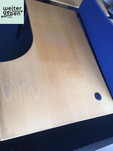 2 moderne Schreibtische mit Pinnwand werden in NRW gespendet