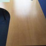 2 moderne Schreibtische mit Pinnwand werden in Düsseldorf gespendet
