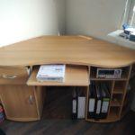 gespendet wird dieser Eckschreibtisch aus Holz mit ausziehbarem Tastaturfach in Wilmersdorf
