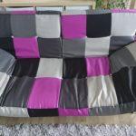 Drei sitzer Sofa, mit verstellbarer Lehne und verstellbaren Seiten. Kann als bett umgelegt werden hat dann eine maße von 140x200cm. Zwei nähte sind aufgerissen, kann aber ggf genäht werden. Sofa is noch funktionsfähig. Allerdings leicht durchgesessen