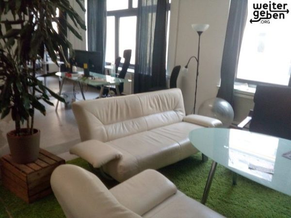 170*80*80 grosse Couch (kuntsleder, hellgrau) wird in Berlin gespendet