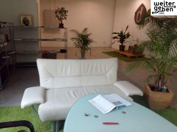 medium couch (kunstleder, hellgrau) 140*80*80 als Spende für gemeinützige Vereine / Einrichtungen in Berlin o. Brandenburg