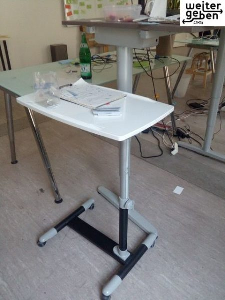 gebrauchter Seitentisch 40*60*90 wird in Berlin gespendet