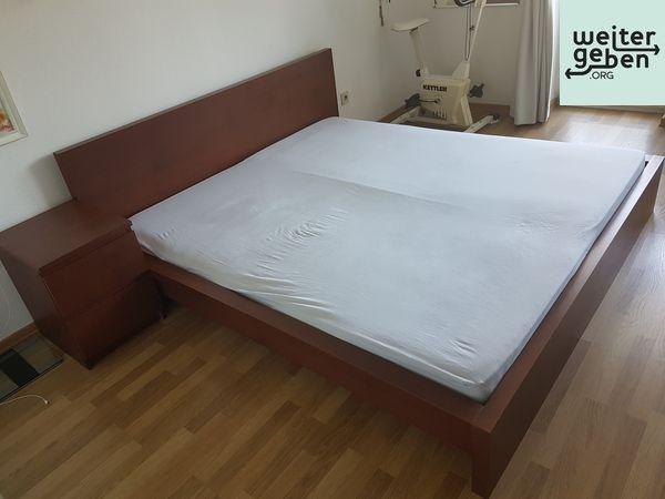 In Düsseldorf wird dieses Doppelbett inkl. Matrazen und Lattenrost gespendet