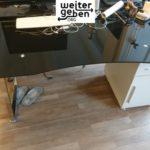 Spende: Schreibtische mit schwarzer Glasplatte und weissem Unterschrank werden in Kreuzberg