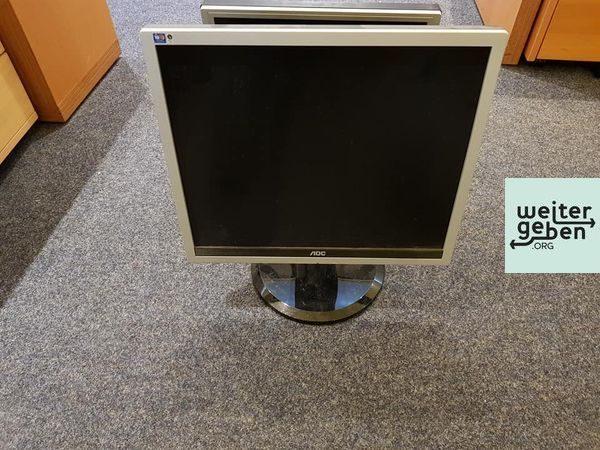 vier PC-Monitore werden in München gespendet