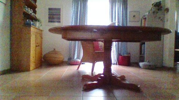 Sachspende: dieser Massive Holztisch wird in NRW, in der Stadt Kürten an Gemeinnützige exklusiv abgegeben.