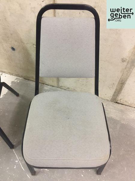 viele stabelbare Stühle werden in Berlin gespendet