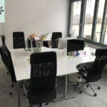 Konferenztisch mit Stühlen wird nahe Frankfurt gespendet