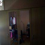 verspiegelter Kleiderschrank wird in Berlin gespendet