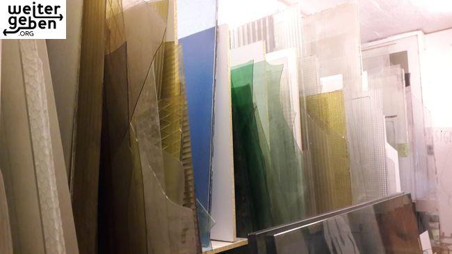 in Oberfranken sind hunderte ältere Glasscheiben von 30cm bis über 1Meter, quadratisch abzugeben, mehrere Farben, meist durchsichtig