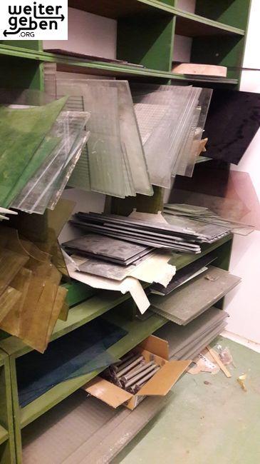 in Oberfranken sind hunderte ältere Glasscheiben von 30cm bis über 1Meter, quadratisch abzugeben