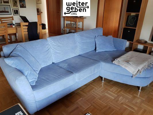 In Rauenberg: Möbelspende Die Couch ist ca 2,40 lang mit Ottomane, hellblau, wirklich gut erhalten, Stoff abwaschbar, Kissenbezüge können in der Waschmaschine gereinigt werden.