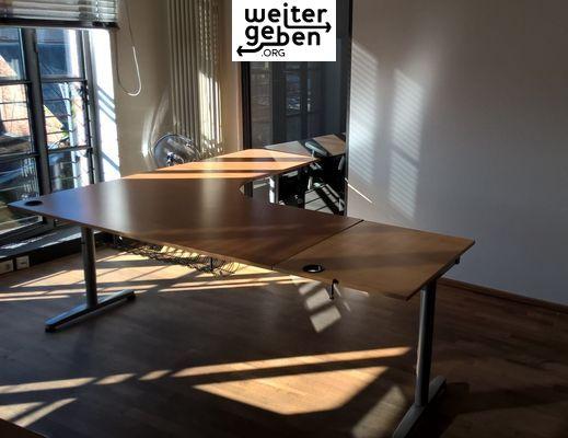 abgegeben werden ca. 30 moderne, höhenverstellbare IKEA Schreibtisch, mit vielen Anbauteilen