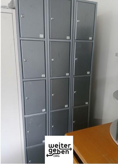 In Hirschberg BW wird unter anderem dieser ca. 2,2meter hohe Metalschrank mit 3x5 Fächern zur Aufbewahrung von A4 hohen gegenständen gespendetgespendet werden verschiedene Büromöbel in Hirschberg bei Mannheim
