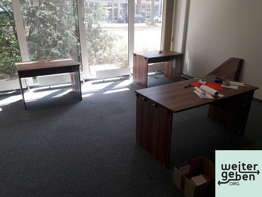 Sachspende: 2 Schreibtische 150x75cm, 4 Schreibtische 115x75cm, passende Eckverbinderplatten in Teltow kostenfrei