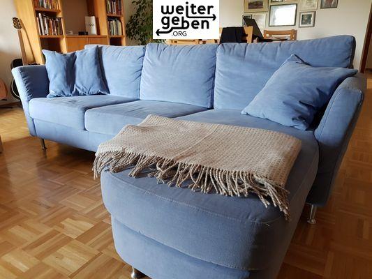 Bei Walldorf: Sachspende Die Couch ist ca 2,40 lang mit Ottomane, hellblau, wirklich gut erhalten, Stoff abwaschbar, Kissenbezüge können in der Waschmaschine gereinigt werden.