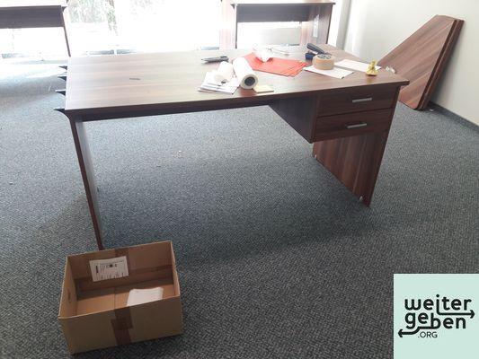 2 Schreibtische 150x75cm, 4 Schreibtische 115x75cm, passende Eckverbinderplatten in Teltow werden gespendet