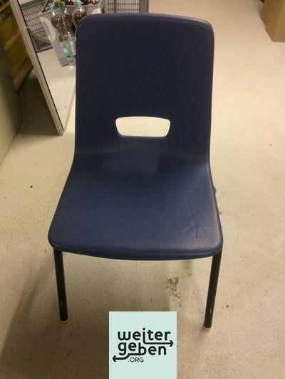 drei einfache Besprechungsstühle in den Farben blau und rot werden in Heidelberg an eine gemeinnützige Organisation abgegeben