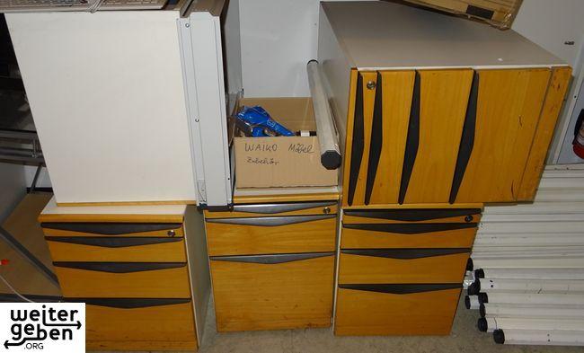 ca. 18 gute, gebrauchte, funktionsfähige Waiko Tischcontainer und die passenden Bürotische in Stuttgart