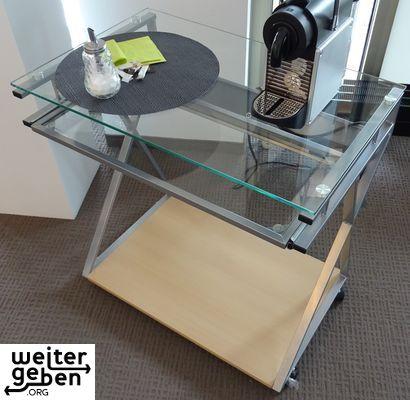 ein schmaler Glas-Schreibtisch wird in Stuttgart abgegeben. An einen gemeinnützigen Verein oder eine gemeinnützige Einrichtung