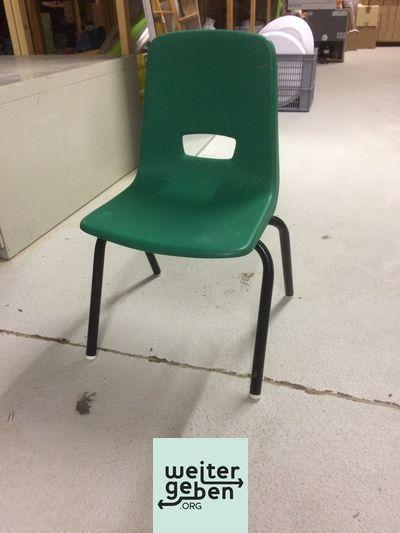 9 stapelbare Stühle (verschiedene Farben, gruen, rot, blau, lila) werden in Heidelberg an gemeinnützige Vereine o. Einrichtungen abgegeben