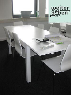 stapelbare Stühle + Besprechungstisch werden in Düsseldorf gespendet