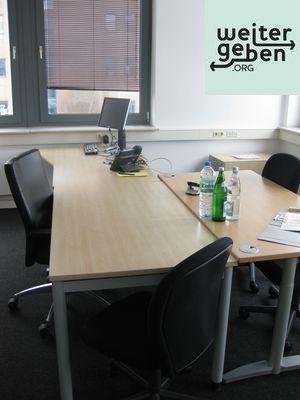 Schreibtische werden im Rahmen einer Büroauflösung gespendet