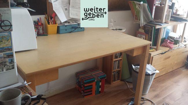 Holztisch wird in Berlin Neuköln gespendet