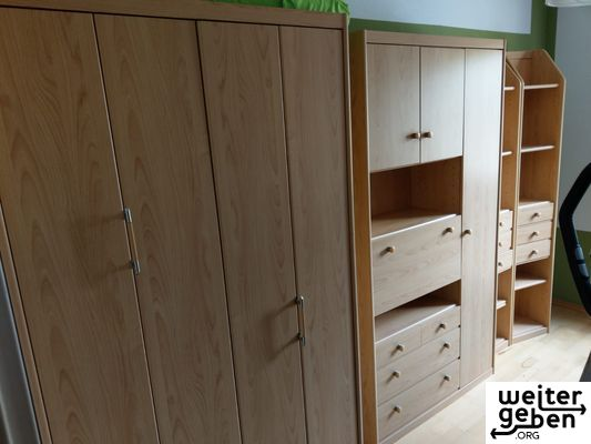 Schlafzimmer-Kinderzimmer Bild zeigt die gesamten vier Möbelstücke