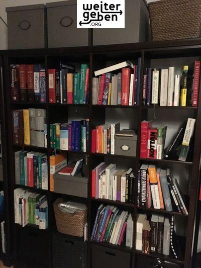 Möbelspende: Dunkelbraunes Bücherregal wird in Wien gespendet