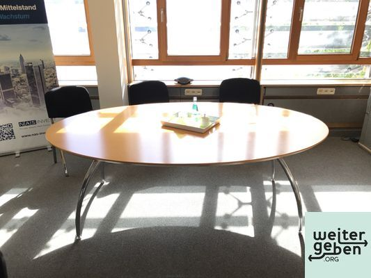 ein ovaler Besprechungstisch in Frankfurt für 6 Personen inkl. hochwertigen stapelbaren Besprechungsstühlen
