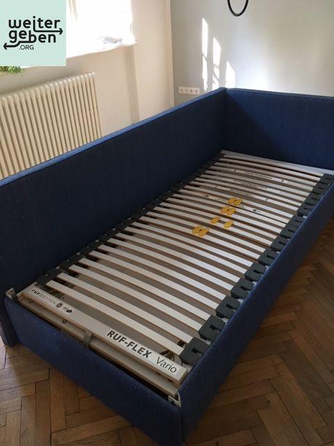 gespendet wird dieses blaue Bett mit Lattenrost in Kleinmachnow