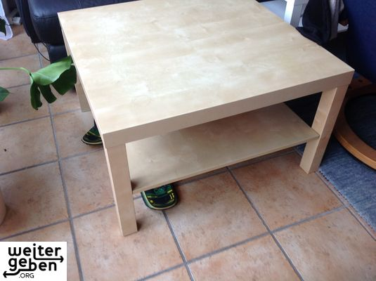 Nahe Duisburg wird dieser Ikea-Tisch gespendet