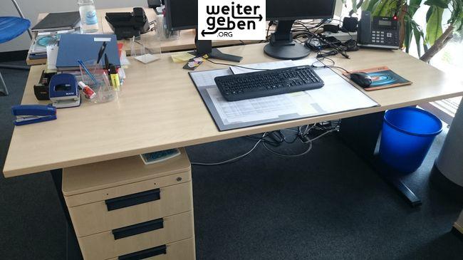 1 x Schreibtisch – 180 x 80 cm, Farbe Ahorn (ohne Rollcontainer) Schiebeplatte, Kabelkanal, Seitenblende abnehmbar, Fuß dunkelblau